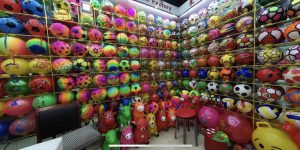 Varias pelotas y animales inflables.