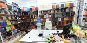 Varios cuadernos, tarjeteros, papeles de notas